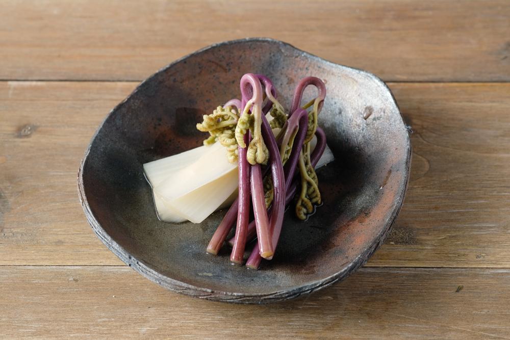 春が旬の山菜、うどとわらびのピクルス